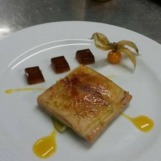 Milhoja de Foie de las Landas con manzana doncella caramelizada y cordón de mango
