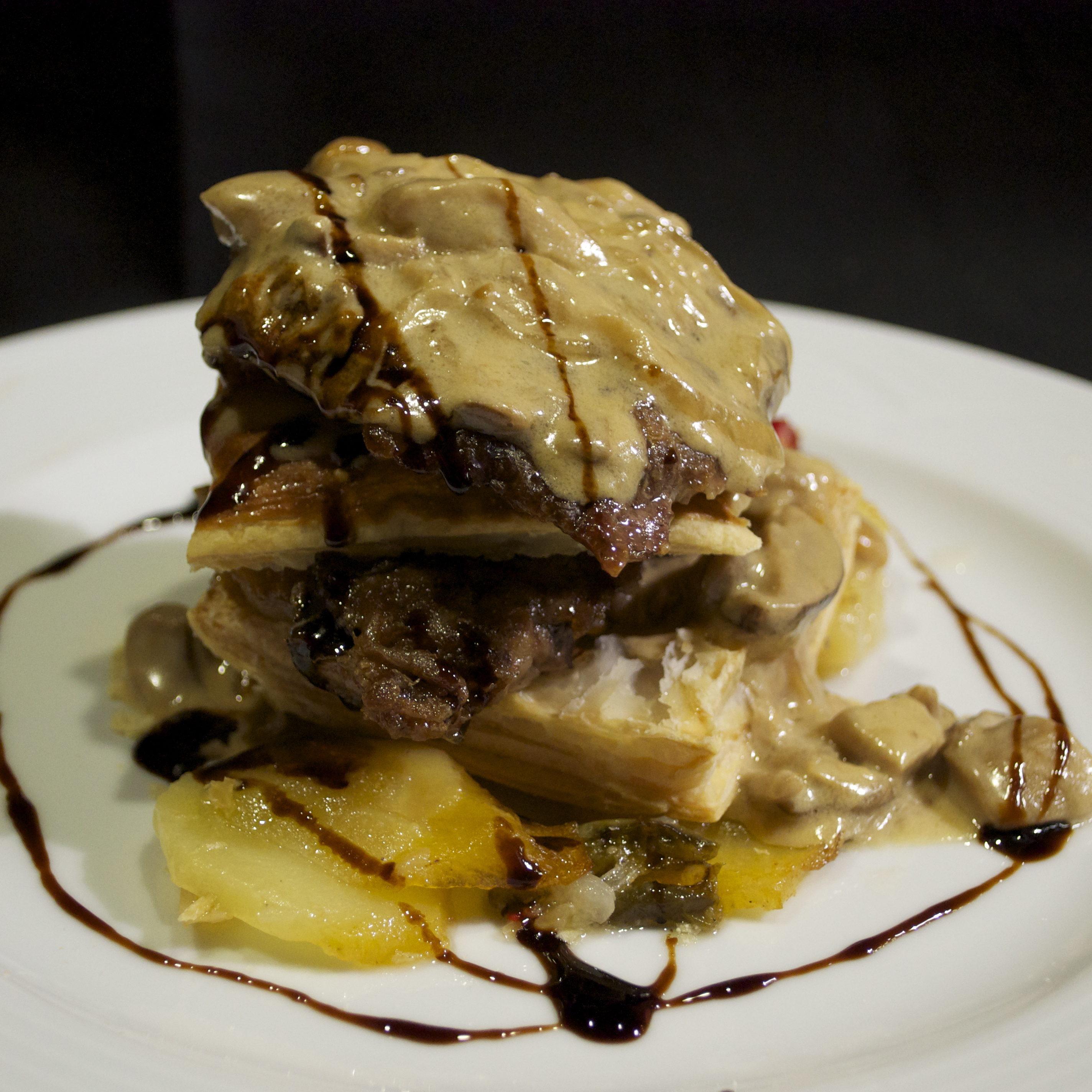 Milhoja crujiente de foie con virutas de ibérico.